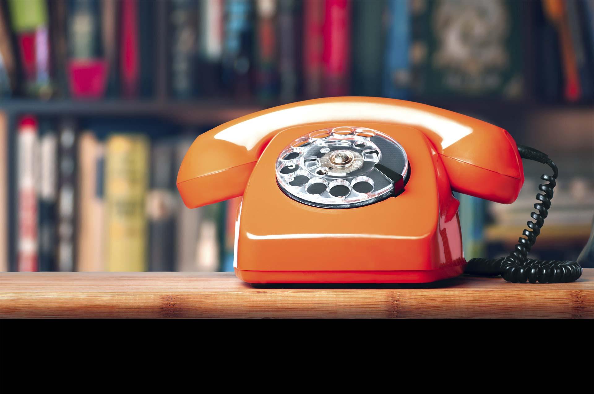 En España, una mujer de 68 años, al creer en una oferta engañosa, estuvo al teléfono durante 56 horas