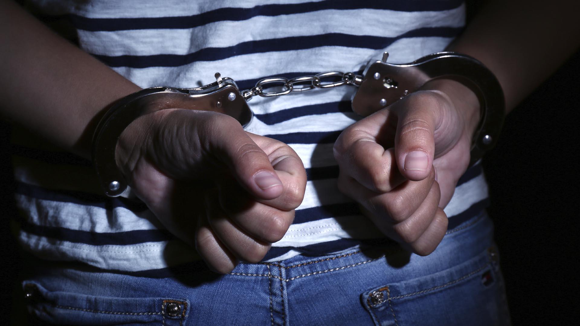 Las autoridades arrestaron a una pareja y a un joven de 23 años