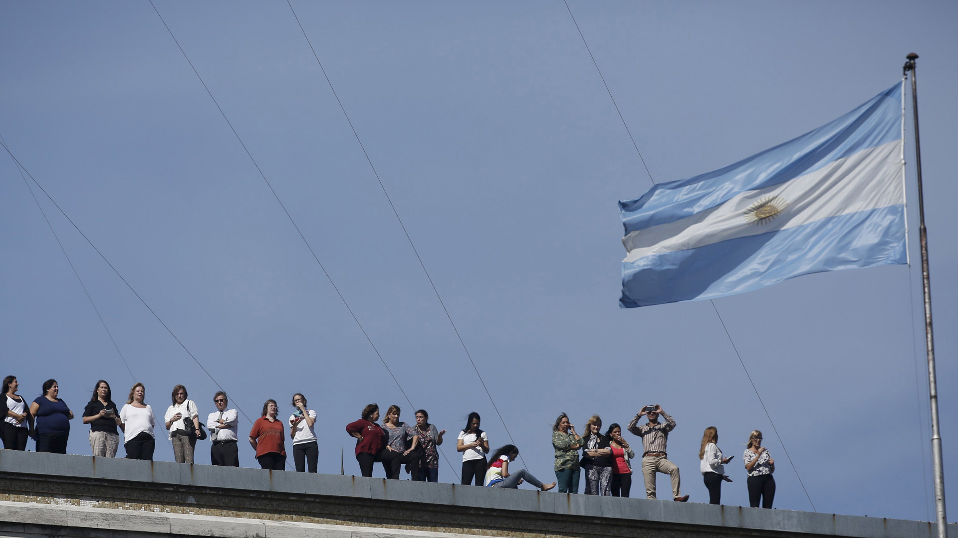 El presidente argentino rindió un homenaje por conmemorarse el Día del Veterano y de los Caídos en la Guerra