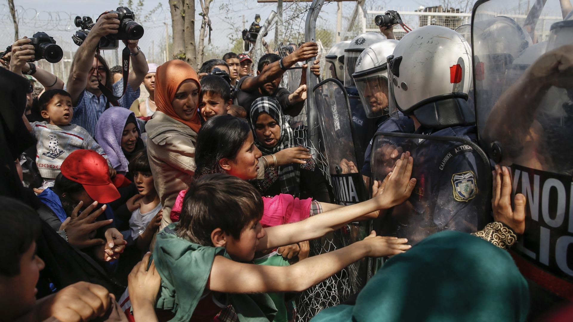 Querían apostarse frente al Parlamento griego. Las fuerzas de seguridad detuvieron a unos 40 migrantes