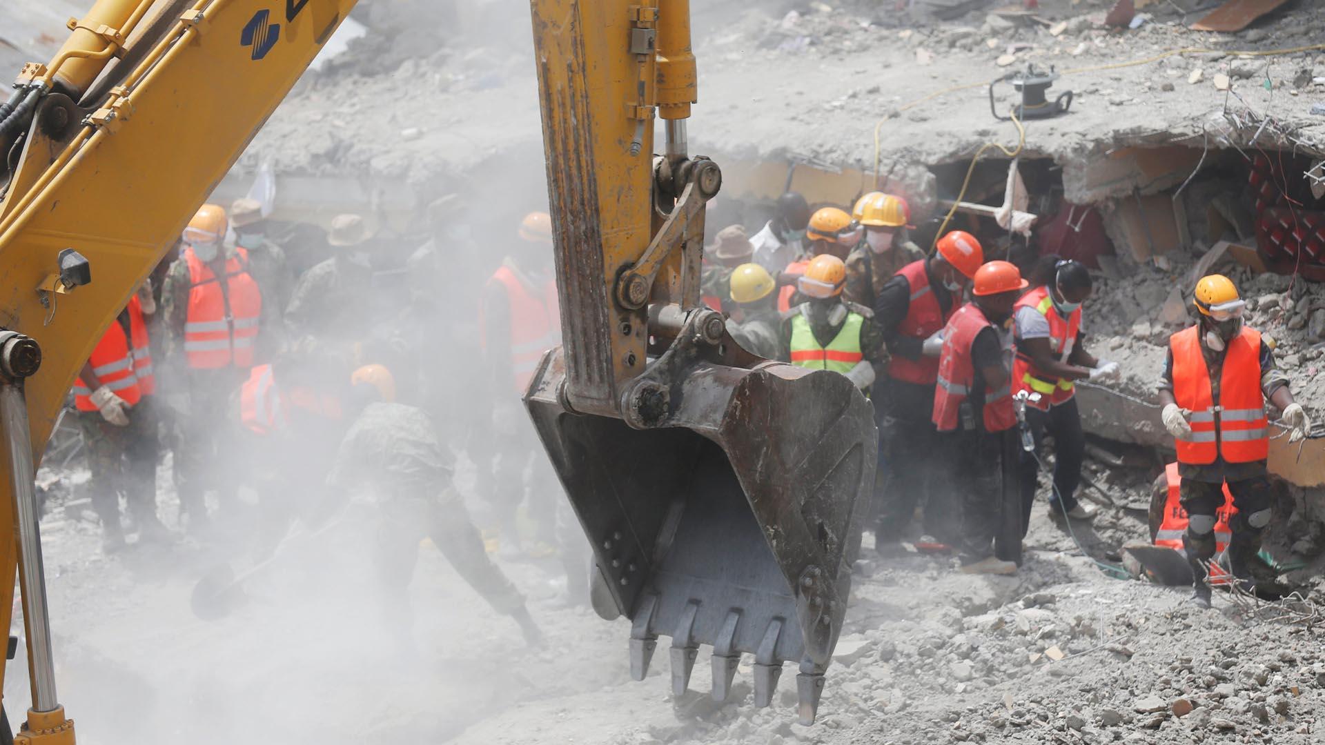 Según la policía la cifra de fallecidos por el derrumbe es de 36 mientras que 70 personas se encuentran desaparecidas