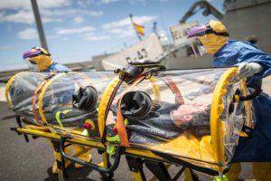 En Canarias un amplio operativo de seguridad recibió a posibles infectados para evaluarlos en aislamiento