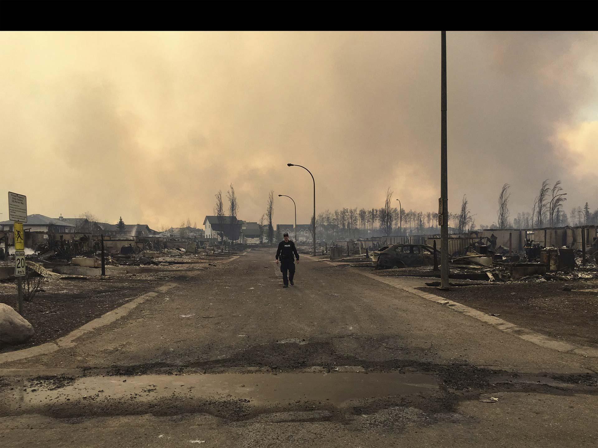 Los incendios forestales llevan días causando estragos en la comunidades de Fort McMurray: más de 80 mil personas han sido afectadas