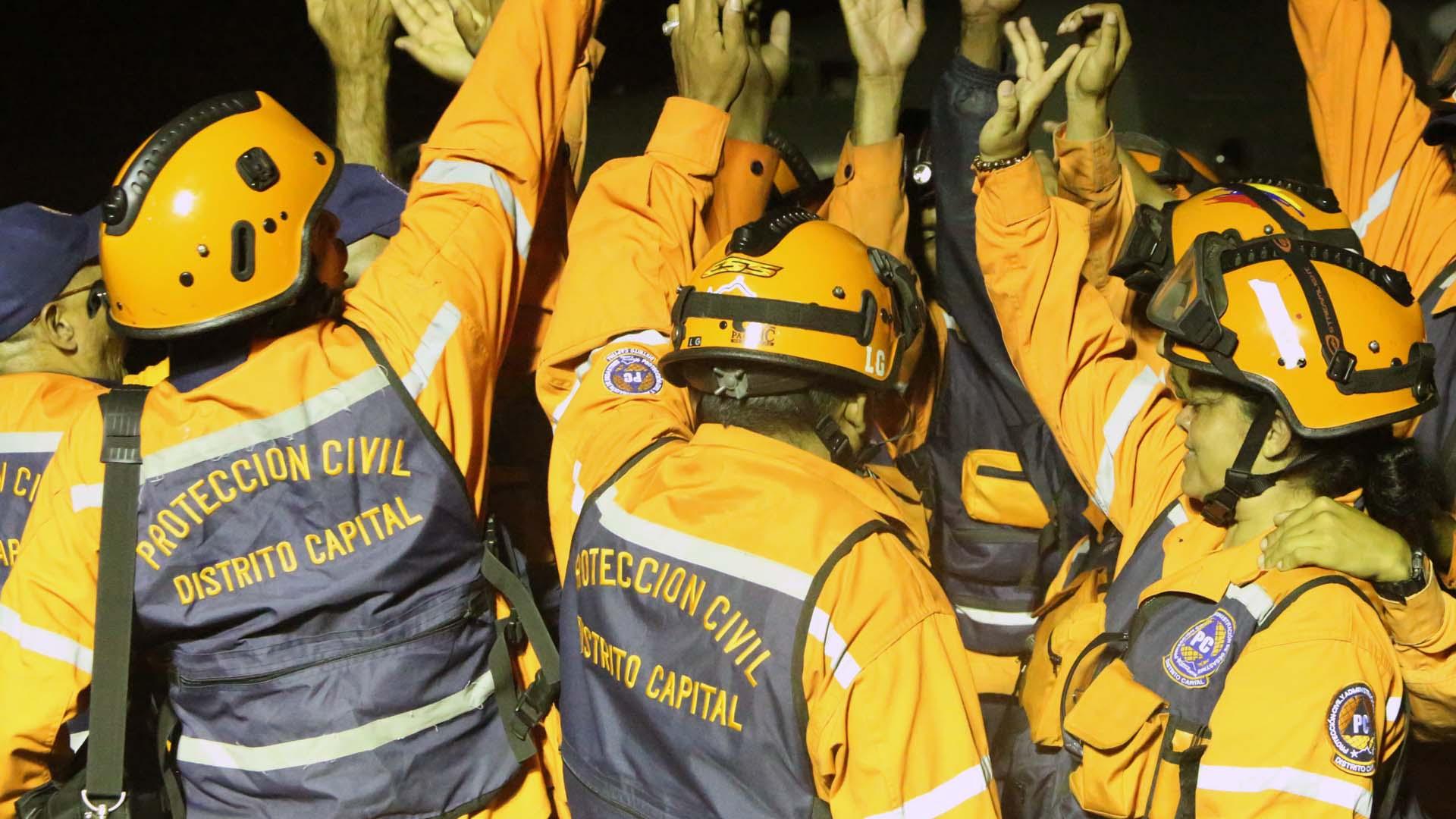 """La Fuerza de Tarea Humanitaria """"Simón Bolívar"""" halló con vida a un hombre de 72 años entre los escombros de un edificio"""