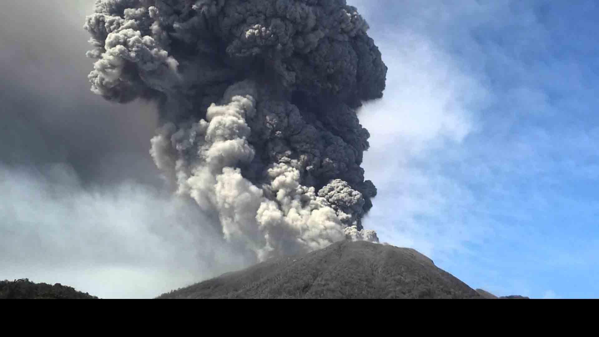 El coloso de más de tres mil metros de altura ha expulsado fuertes gases y cenizas por más de tres días
