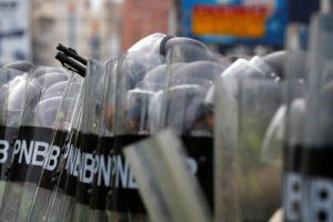 Miles de opositores fueron recibidos por las barricadas y el gas pimienta al tratar de llegar a la sede del CNE