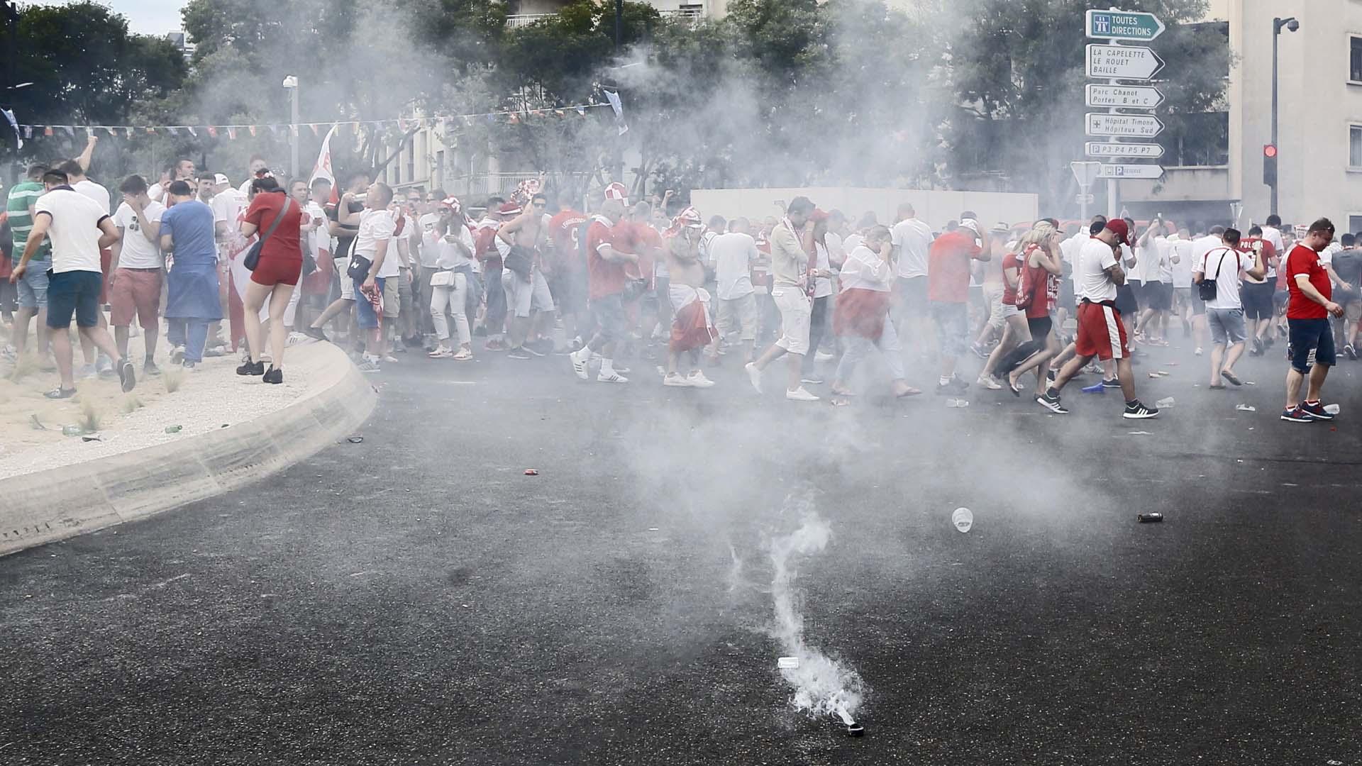 Autoridades utilizaron gas lacrimógeno para controlar nuevos enfrentamientos registrados antes del Polonia vs Ucrania