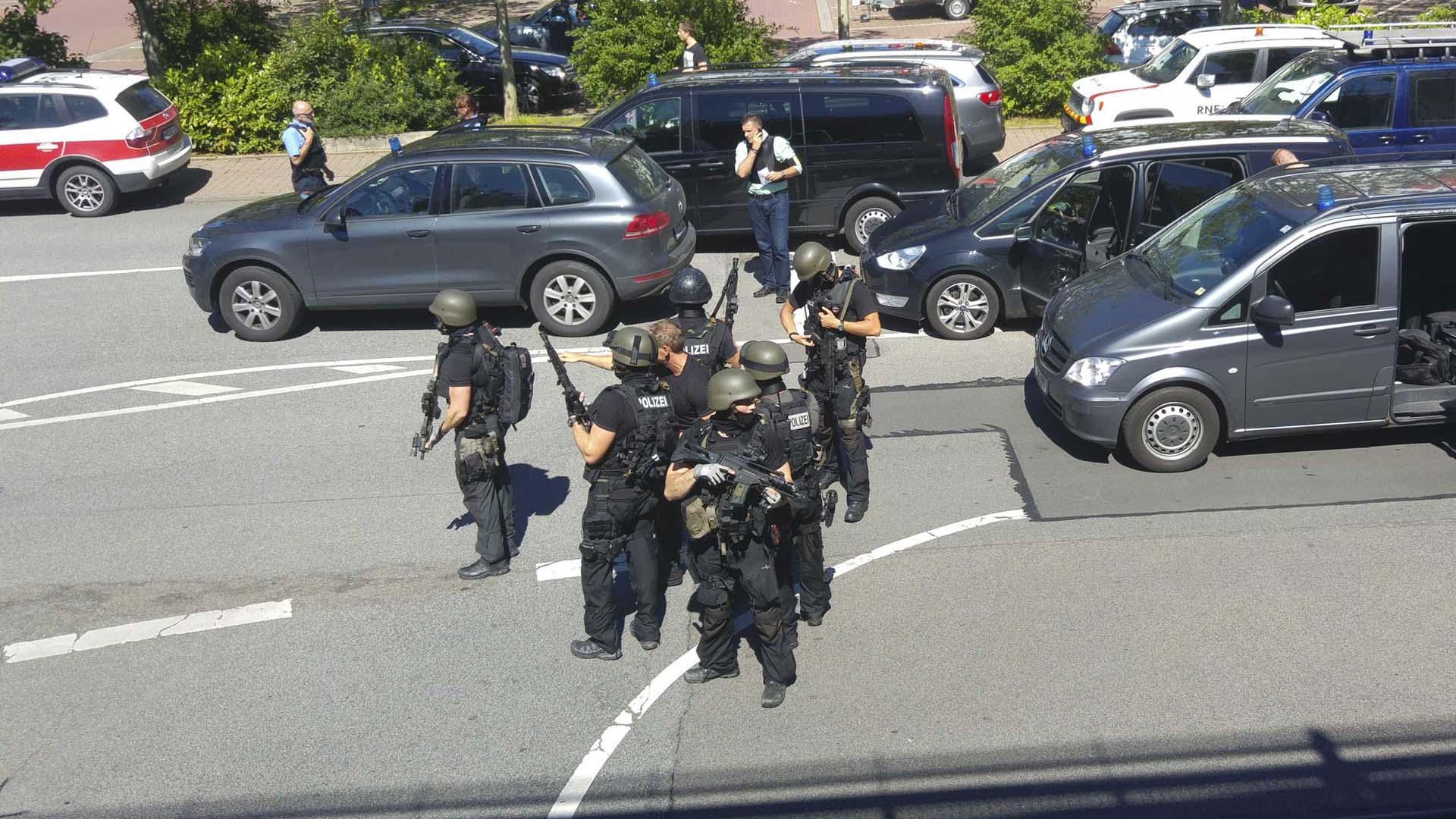 Un hombre armado se atrincheró después de abrir fuego. Las autoridades aseguraron que los rehenes están ilesos