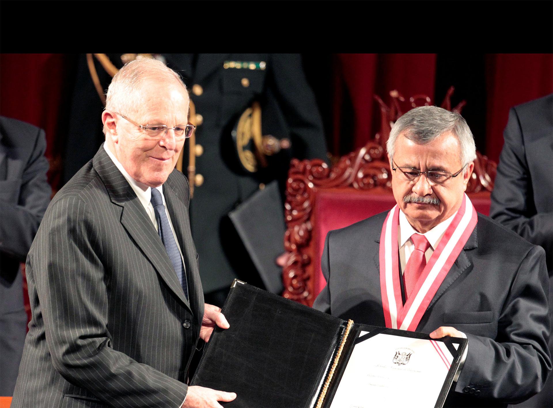 El Jurado Nacional de Elecciones las entregó al nuevo presidente de Perú en un acto en el Teatro Municipal de Lima