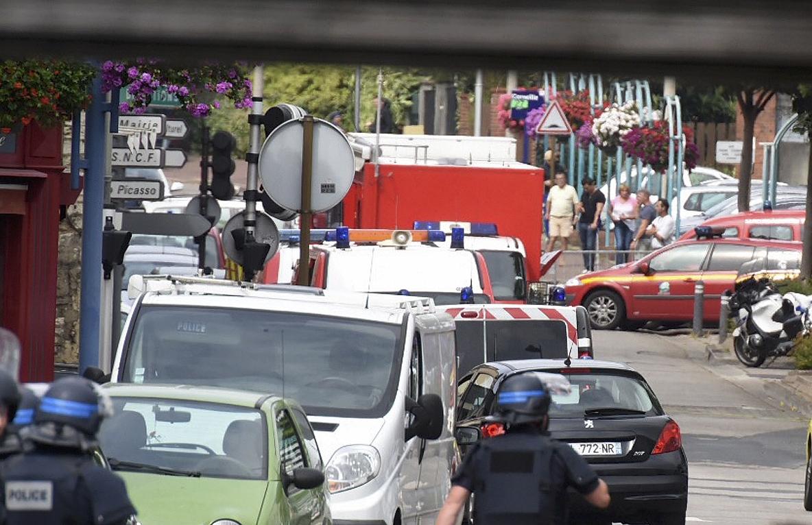 Dos hombres armados ingresaron a la iglesia de Saint Etienne du Rouvray secuestrando a 5 personas y abatiendo a un sacerdote