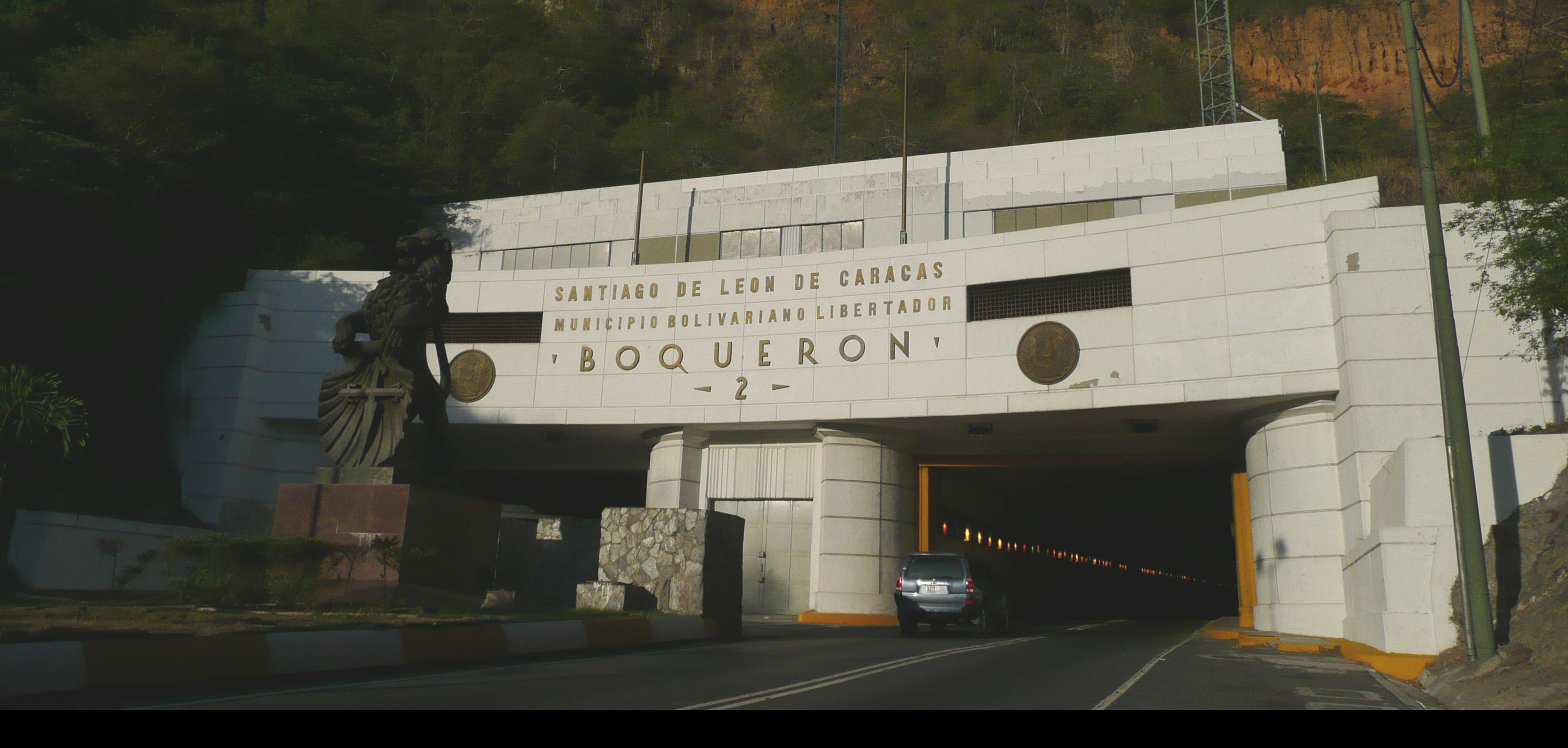 """La colisión ocurrió en el túnel """"Boquerón 2"""" y los involucrados fueron un carro particular marca Aveo y un camión que transportaba agua"""