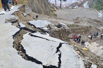 200 toneladas de tierra cayeron sobre un vehículo que transitaba en la carretera Niño Kollo