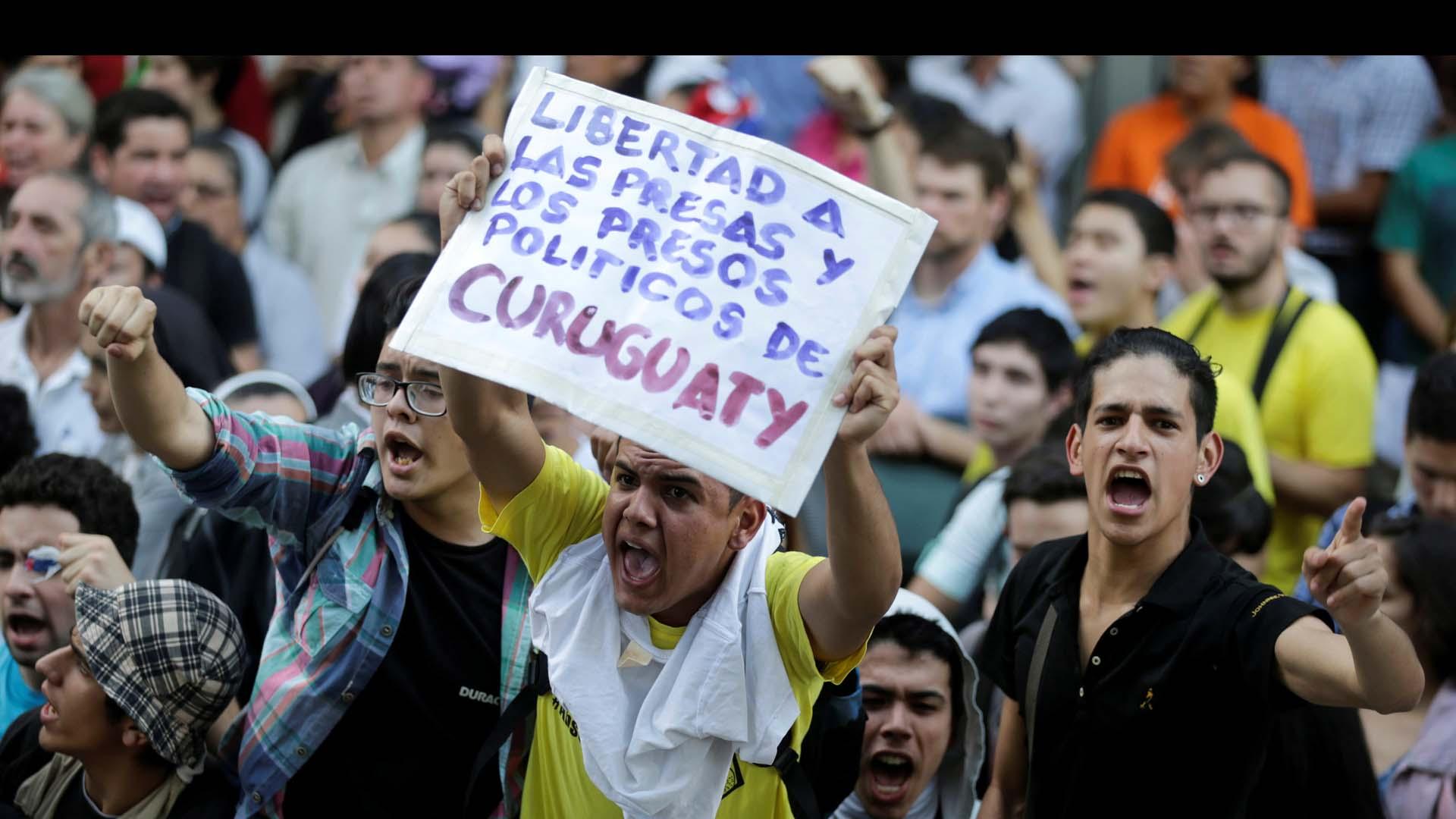 Centenares de paraguayos manifestaron a las afueras del Palacio de Justicia por la libertad de los campesinos señalados