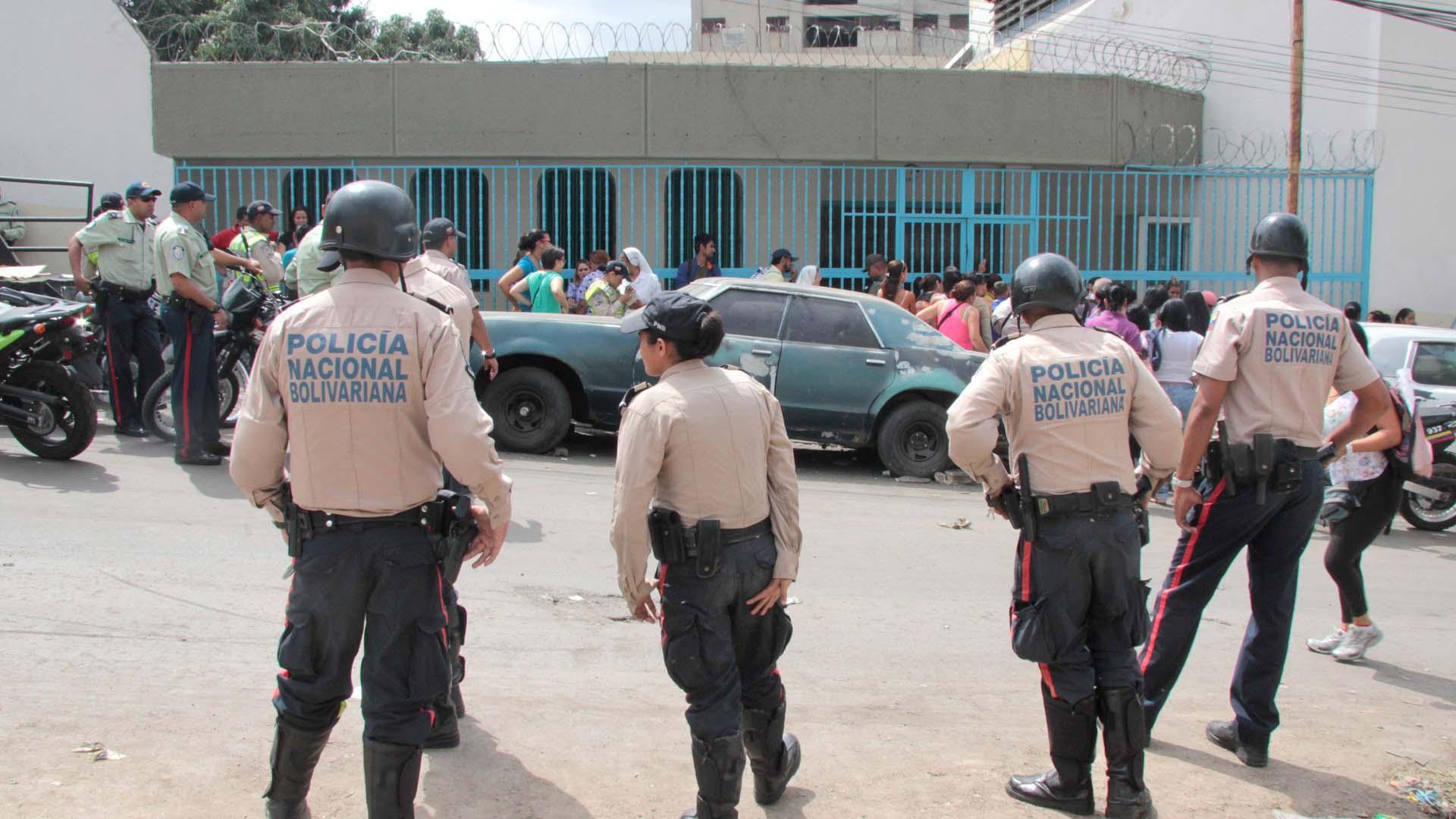 Según versiones extraoficiales, el delincuente, habría sometido a la familia con una granada y armas de fuegos