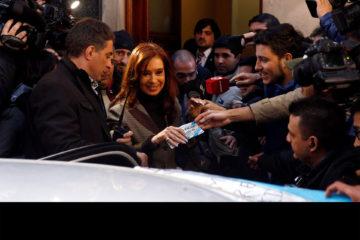 Defensa de Kirchner niega hallazgo de documentos ilegales durante los allanamientos