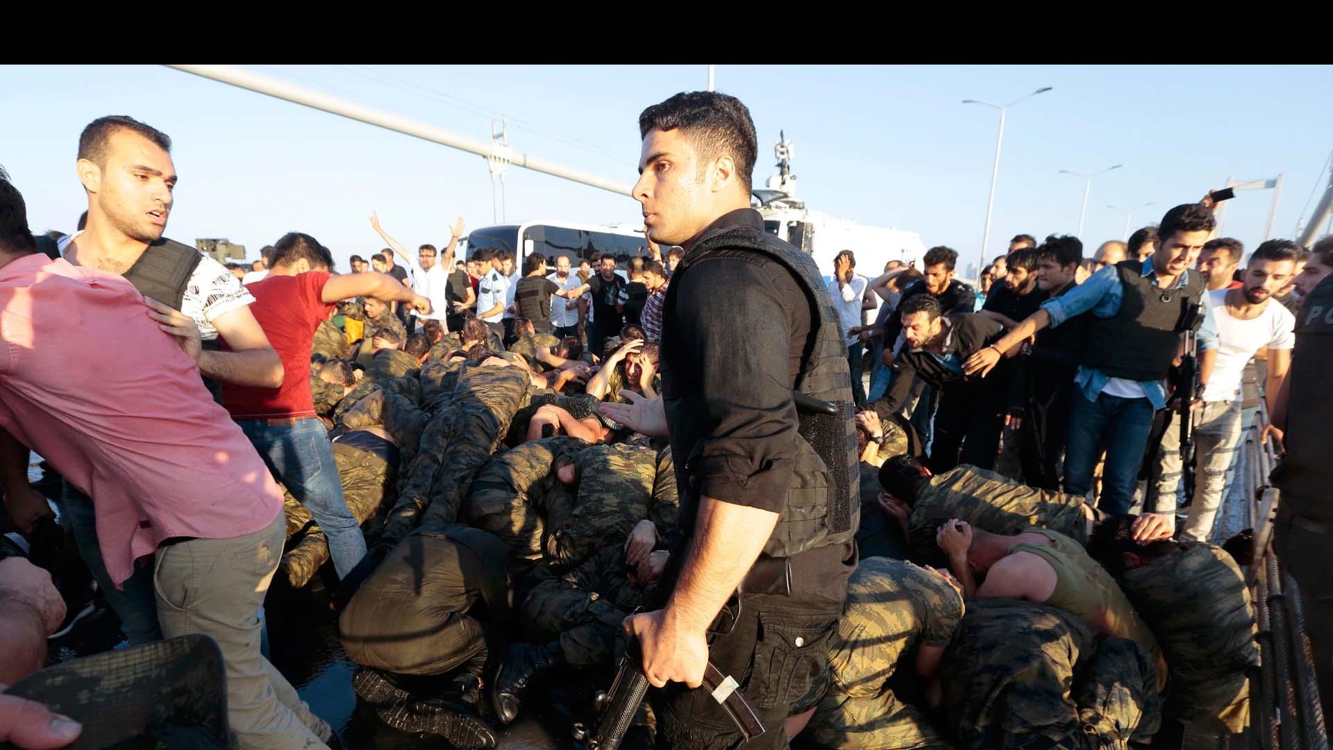 Civiles tomaron las calles en defensa del mandatario turco, Recep Tayyip Erdogan, y ayudaron a aplacar la rebelión de las Fuerzas Armadas