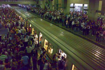 Usuarios debieron caminar por los rieles para poder salir del subterráneo luego de que se accidentase el vagón