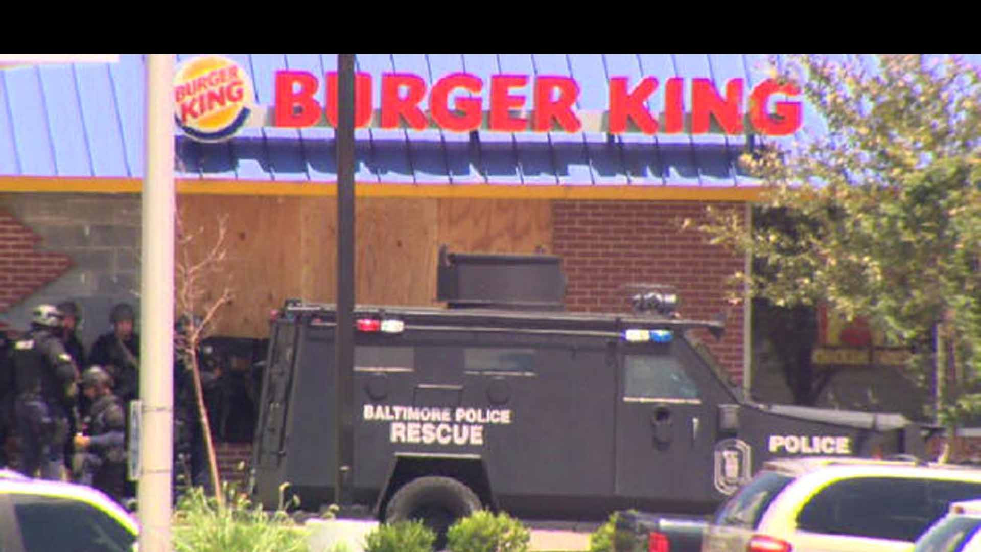 El delincuente había tomado como rehenes a cuatro personas en un restaurante de comida rápida luego de estrellar el carro donde huía