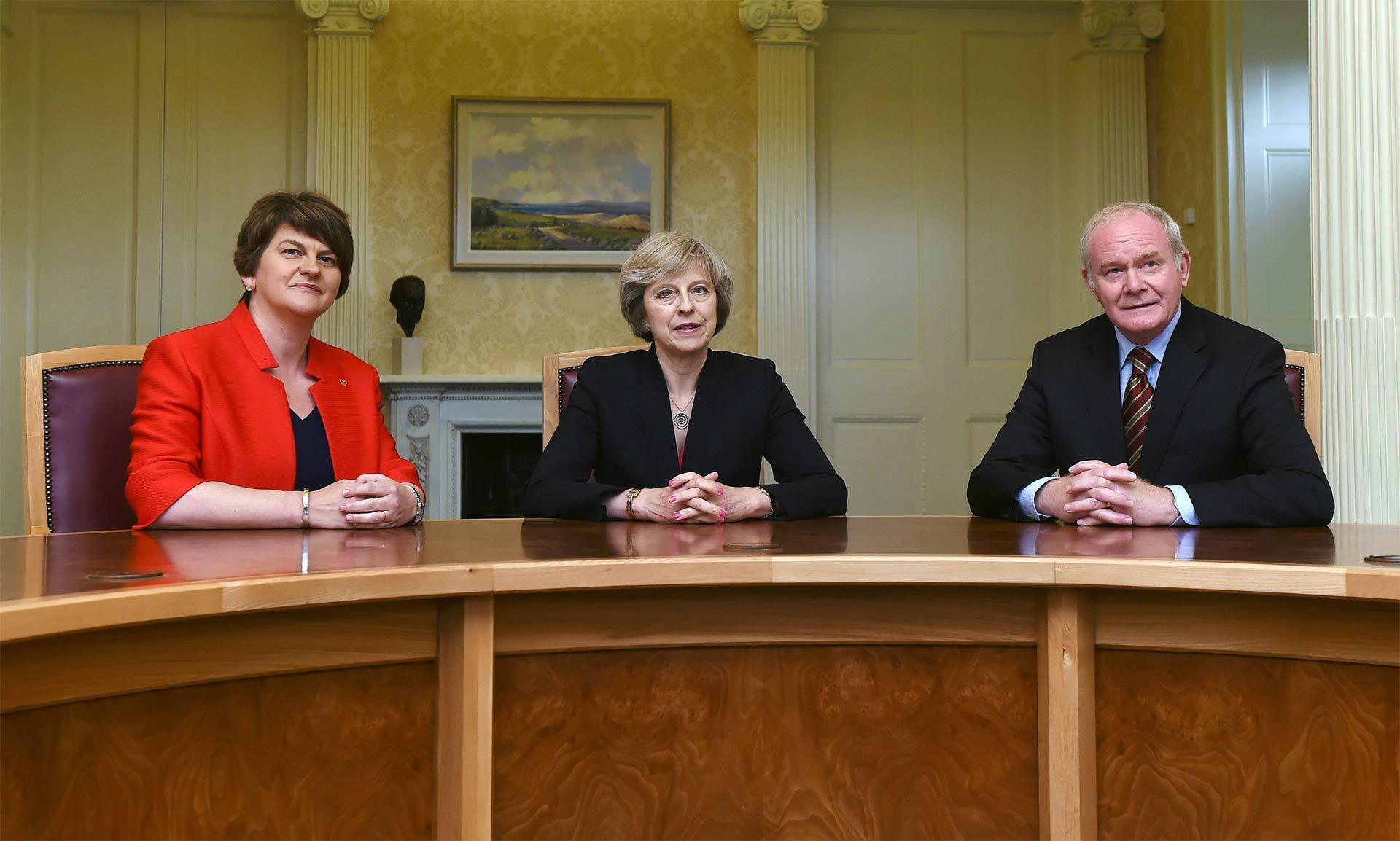 May rechaza fronteras del pasado en Irlanda