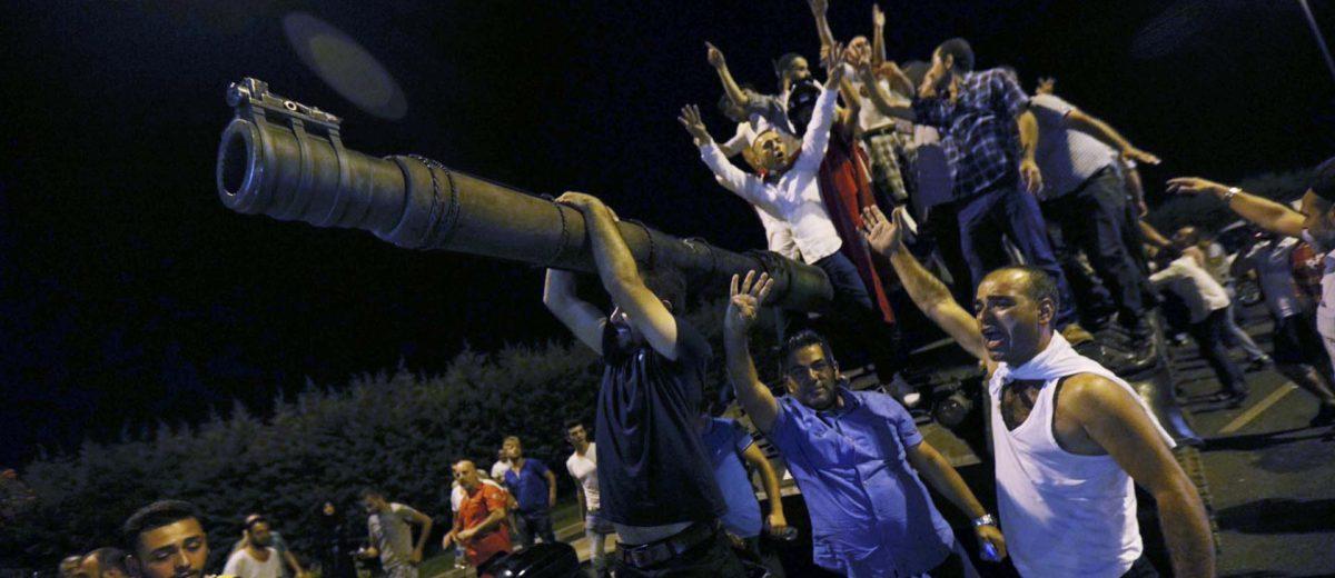 Civiles tomaron las calles en defensa del Jefe de Estado, enfrentándose ante el Ejército y tomando las armas con las que pretendían imponer el Golpe de Estado. Foto: REUTERS.