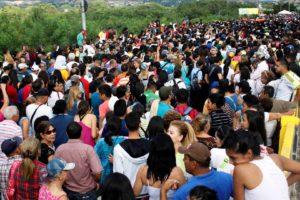 Desde las 5:00 am miles de personas cruzan la frontera en busca de alimentos y productos de primera necesidad
