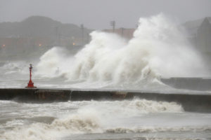 """El fenómeno climático llamado """"Mindulle"""" ha dejado al menos 30 heridos durante su paso por la ciudad japonesa"""