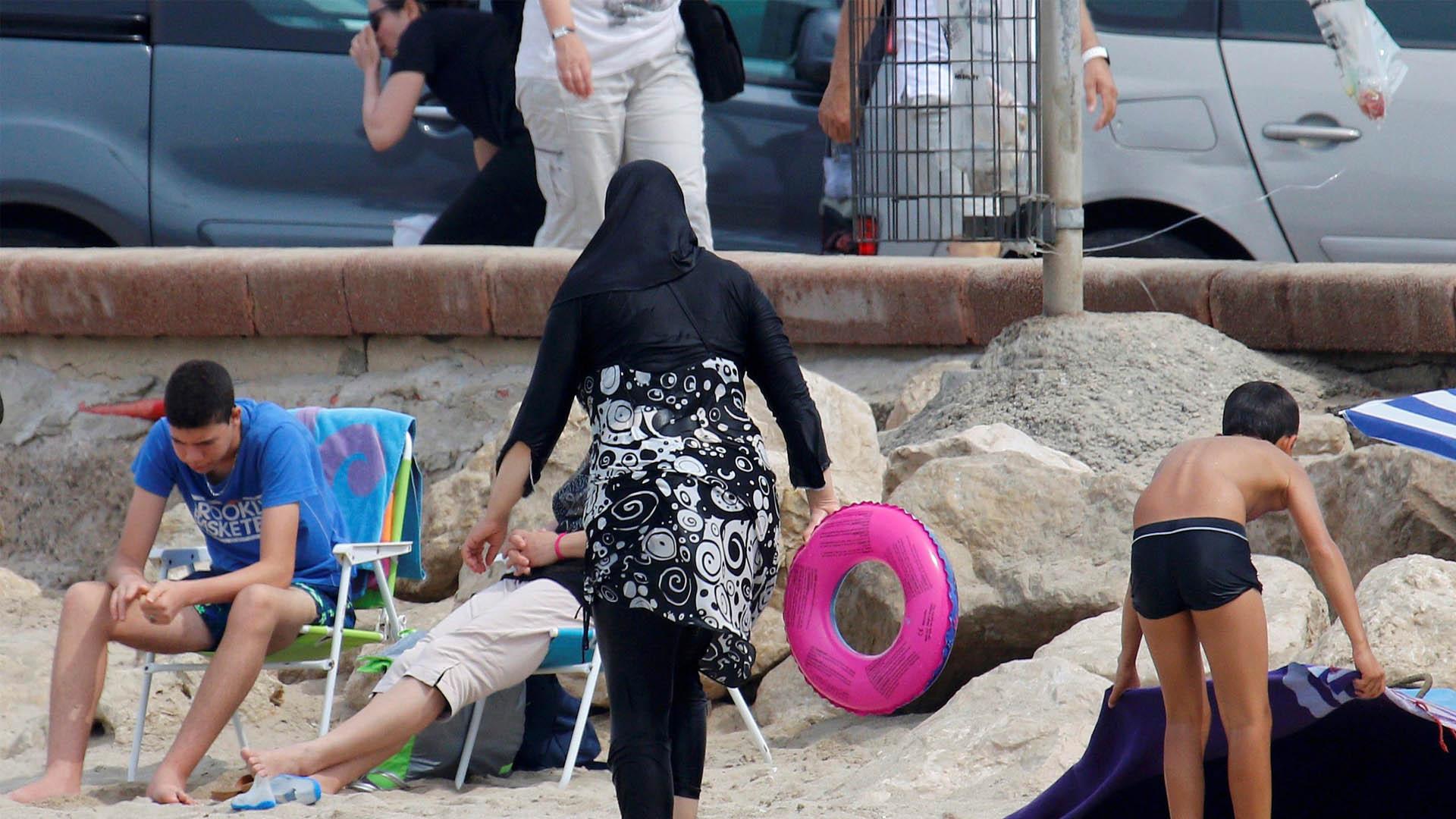 El más alto tribunal administrativo del país, canceló la prohibición de usar el velo que cubre cabeza, brazos y piernas