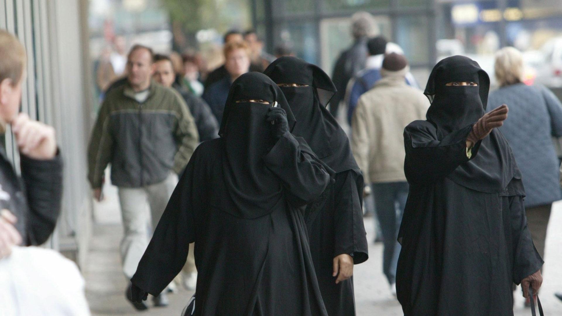El Parlamento aprobó una ley que impide a las mujeres llevar en espacios públicos prendas que cubran por completo el rostro