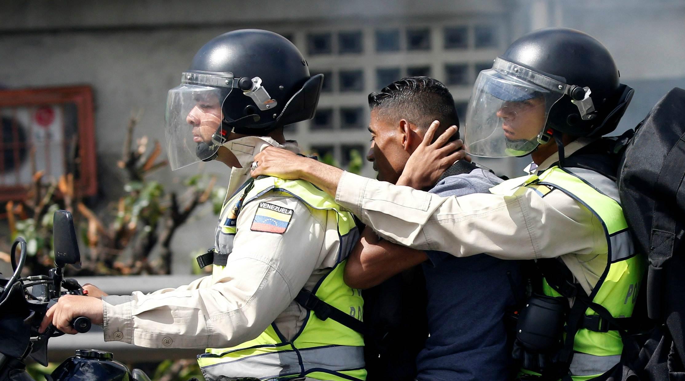 La Policía Nacional Bolivariana lanzó bombas lacrimógenas para dispersar a los manifestantes
