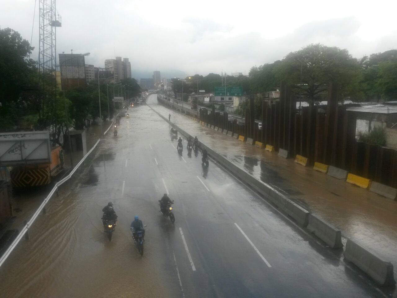 Se desborda Río El Valle en Caracas