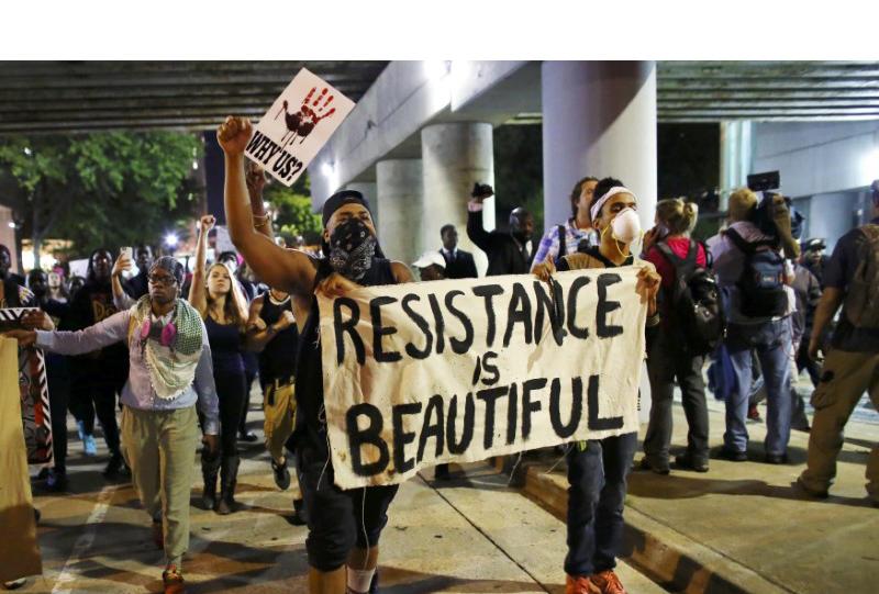 Pese a que las autoridades gubernamentales habían declarado toque de queda en la zona las personas salieron a manifestar durante la noche
