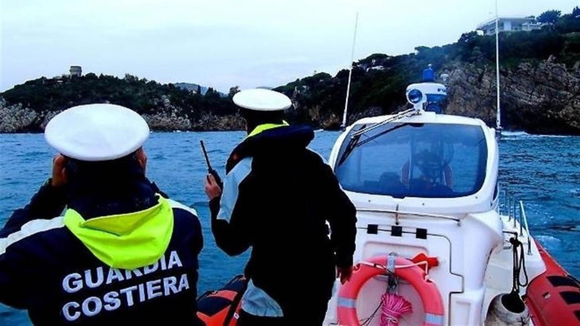 Los efectivos marinos lograron poner a salvo a la tripulación que estaba a bordo de una barco pesquero en llamas