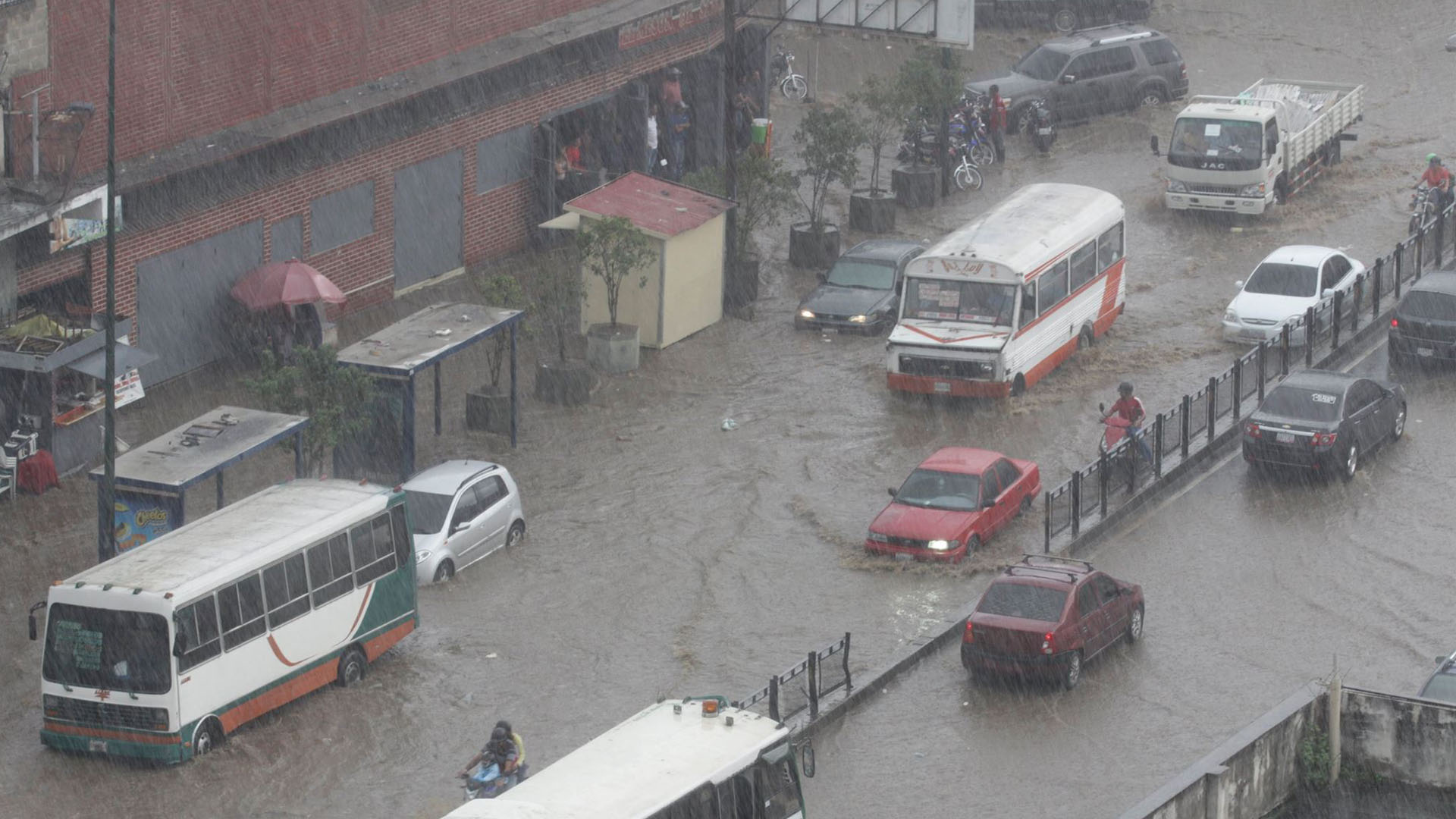 Las fuertes precipitaciones de esta tarde han colapsado accesos en toda la ciudad