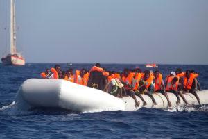 La Guardia Costera de Italia, Malta e Irlanda notificaron que además cinco personas fueron encontradas muertas