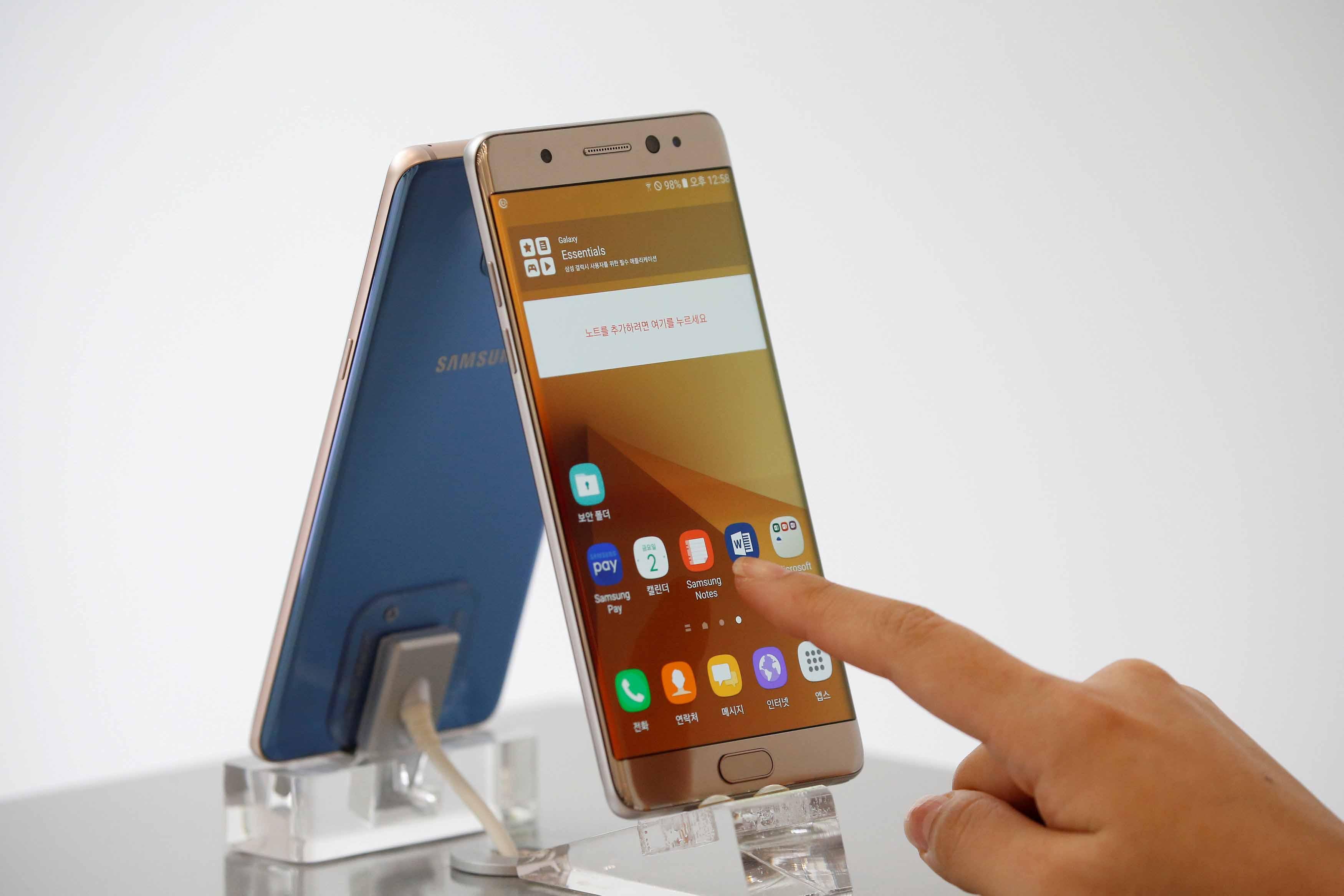 El organismo de Aviación Civil suspendió el uso del dispositivo de Samsung mientras estén en vuelo por amenazas de incendios