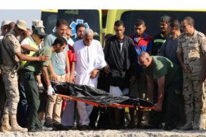 Los grupos egipcios se encargan de la búsqueda de víctimas que fallecieron en el naufragio de un barco de refugiados