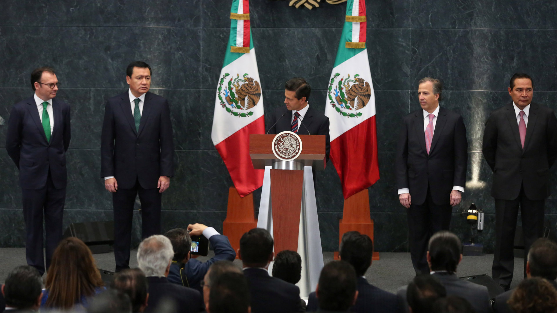 El ministro responsable de organizar la reunión entre el candidato y Peña Nieto presentó su renuncia