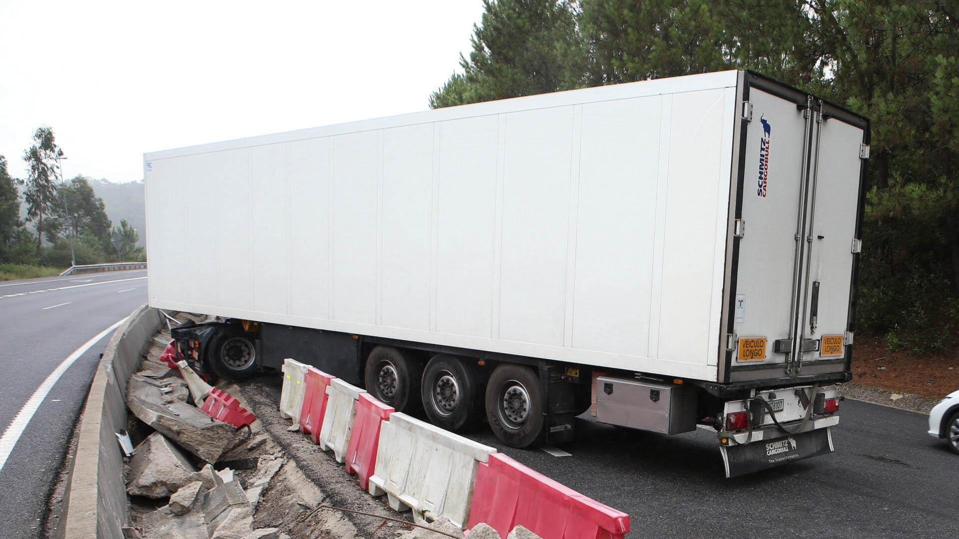 Un camión que trasladaba a 60 centroamericanos de manera ilegal, dejó varados a varias personas con signos de deshidradatación en Veracruz
