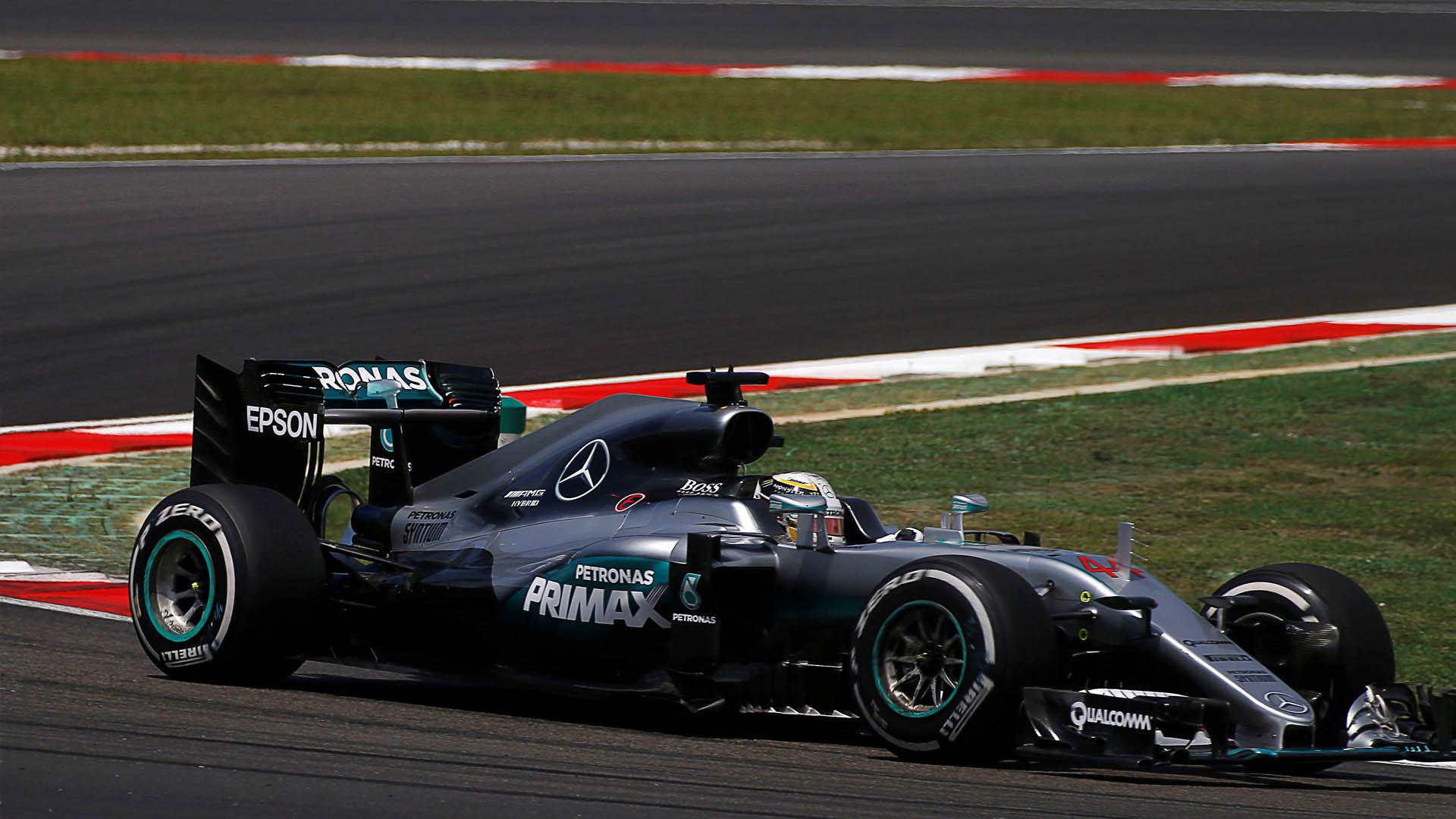 La empresa alemana confirmó que a pesar del accidente que sufrió Lewis Hamilton en Malasia, seguirán con el mismo sistema