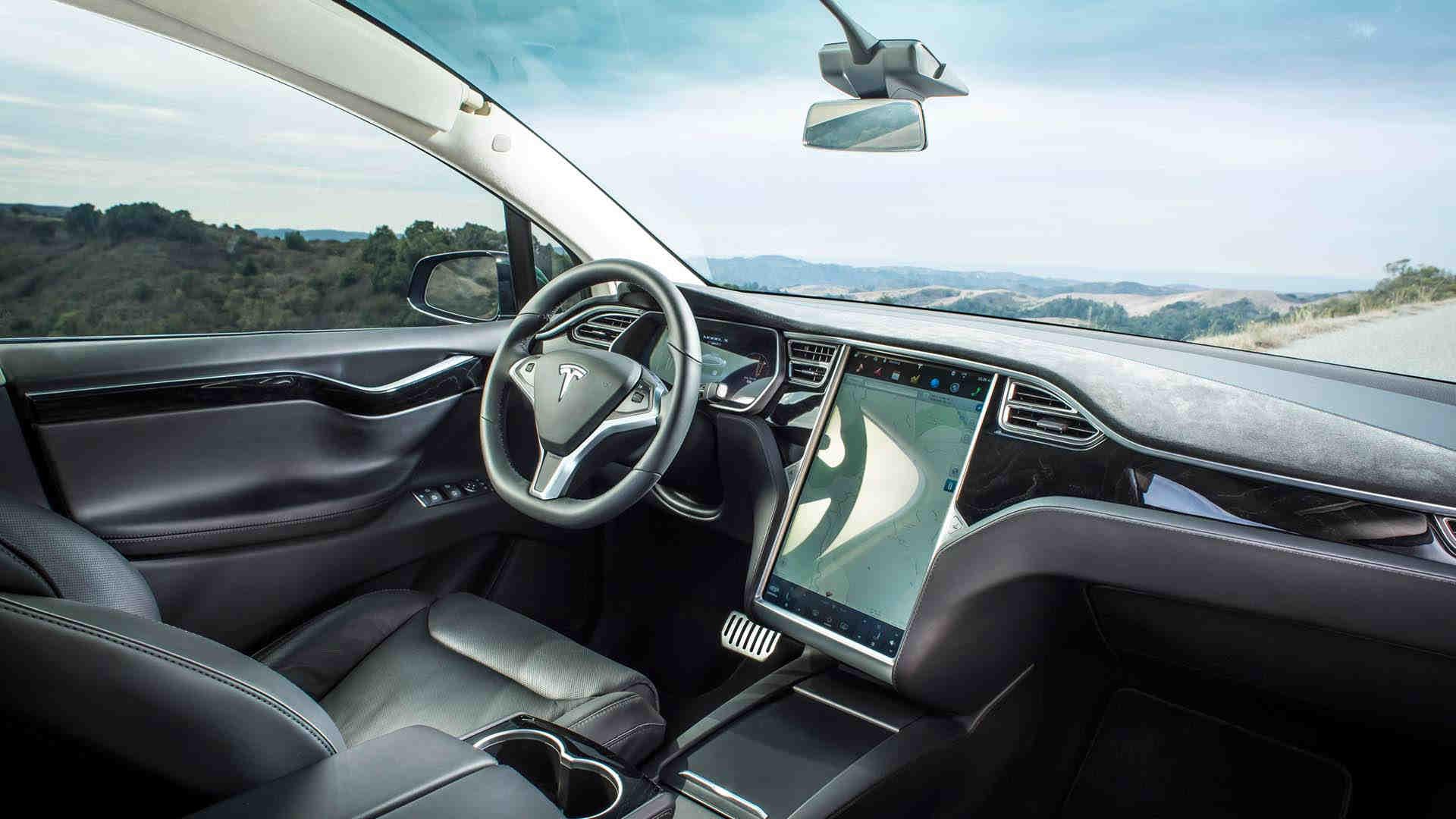 """Alemania instó a la firma a que deje de promover """"el piloto automático"""" de sus vehículos, ya que se trata de un simple asistente de conducción"""