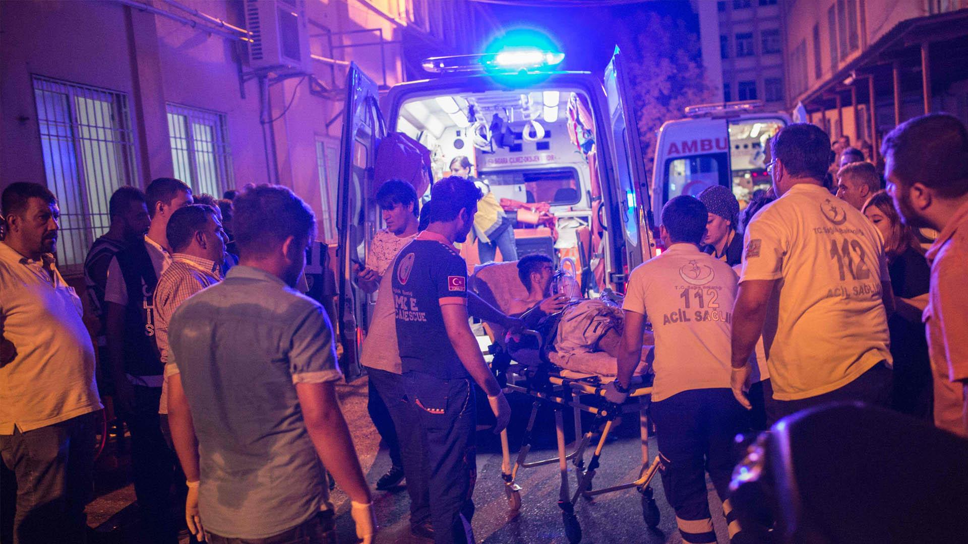 Un atacante, presuntamente vinculado con el EI, accionó una bomba en el salón de fiestas de una boda
