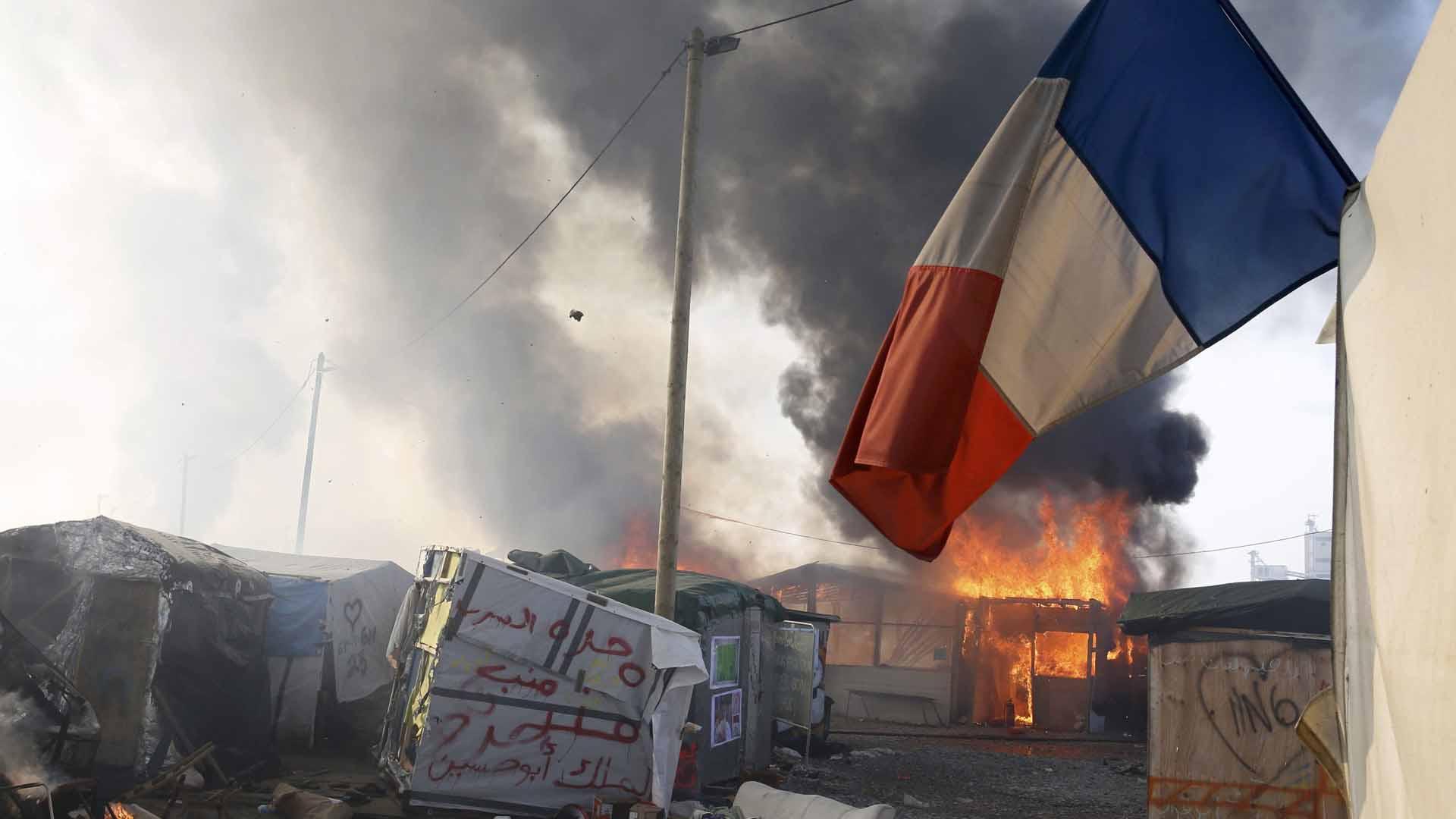 Desde este lunes en el campamento Calais desmantelan las tiendas de campaña y trasladan a los inmigrantes a otros espacios