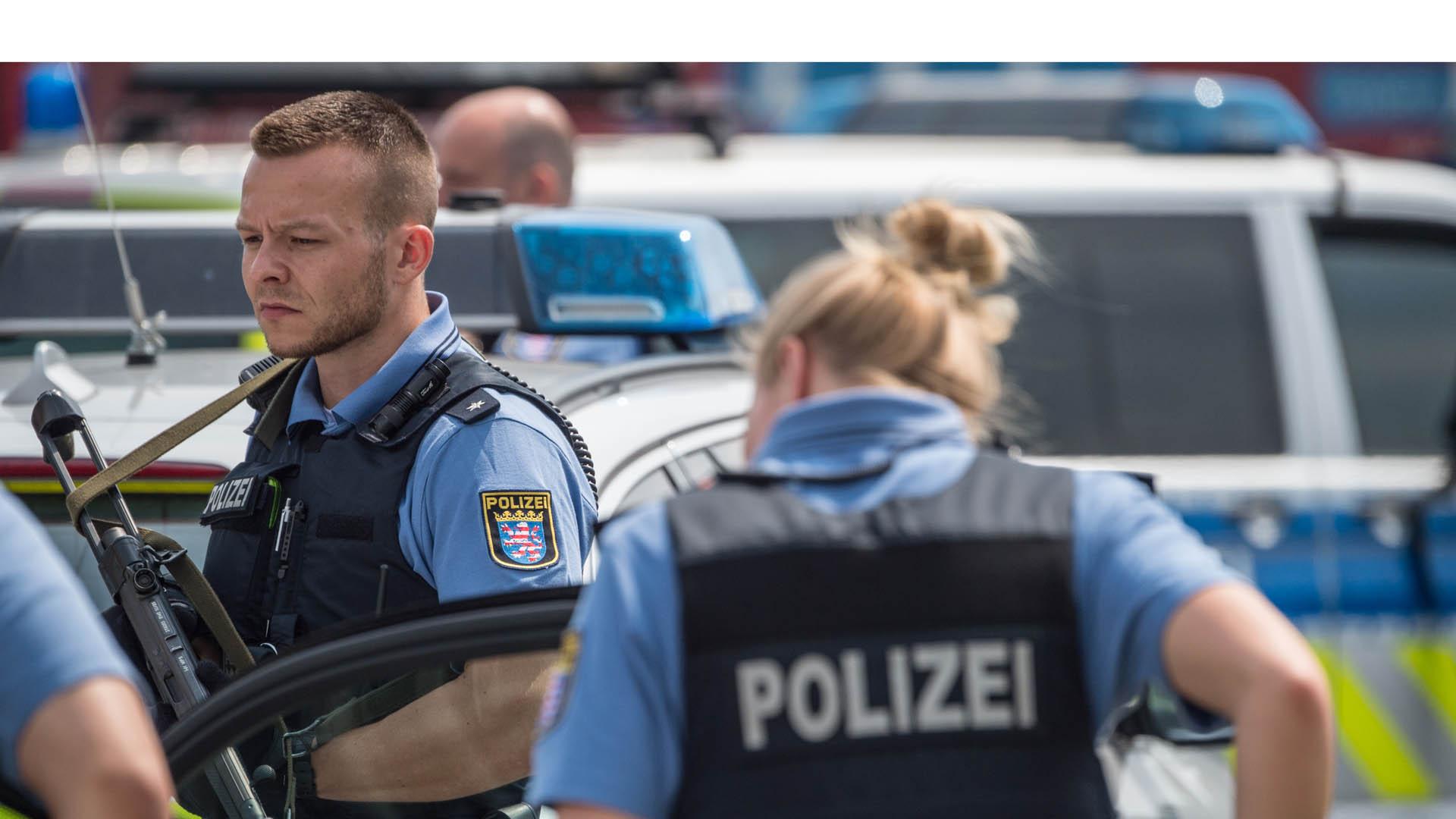 Un hombre perteneciente a un grupo de ultraderecha abrió fuego contra los oficiales durante una incautación de armas