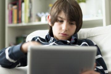 Ofrece guías para padres y educadores para prevenir y afrontar el acoso escolar