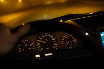Revisa las condiciones del vehículo, mantén las luces encendidas y no excedas los límites de velocidad