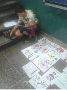 Bryan, desde algunos meses vende sus dibujos para ayudar con los gastos de su madre