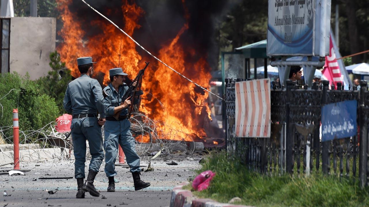 De acuerdo con los testigos el atacante dirigió la explosión hacia una camioneta perteneciente al servicio inteligente del Gobierno afgano