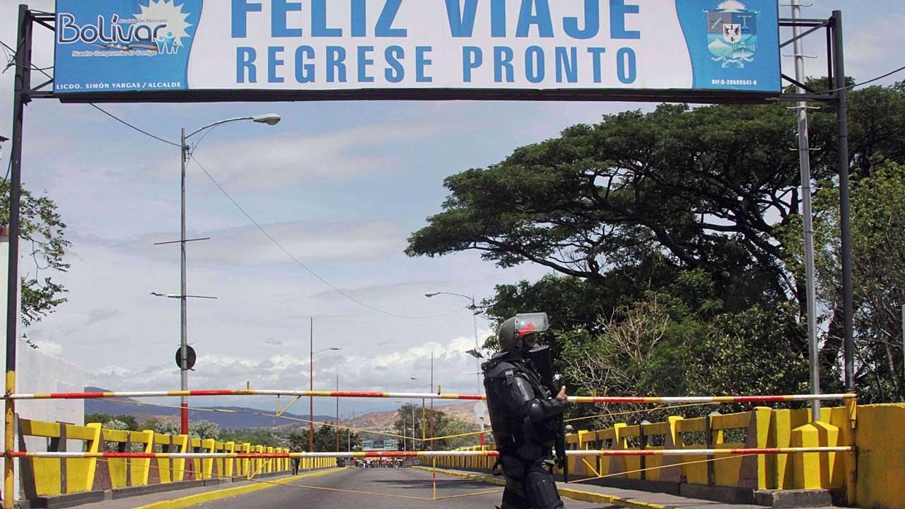 Al menos 21 personas resultaron heridas en el ataque con explosivos en contra de un camión de la olicía Nacional de Colombia