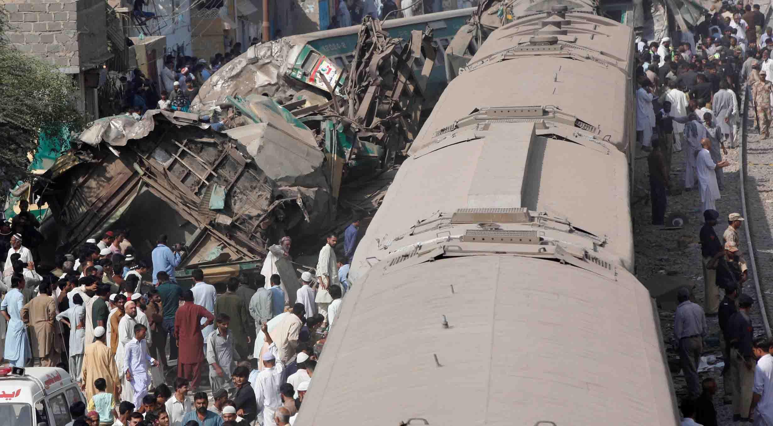 El accidente registrado en Pakistán dejó al menos 60 personas heridas debido a la colisión de un tren en movimiento con uno detenido