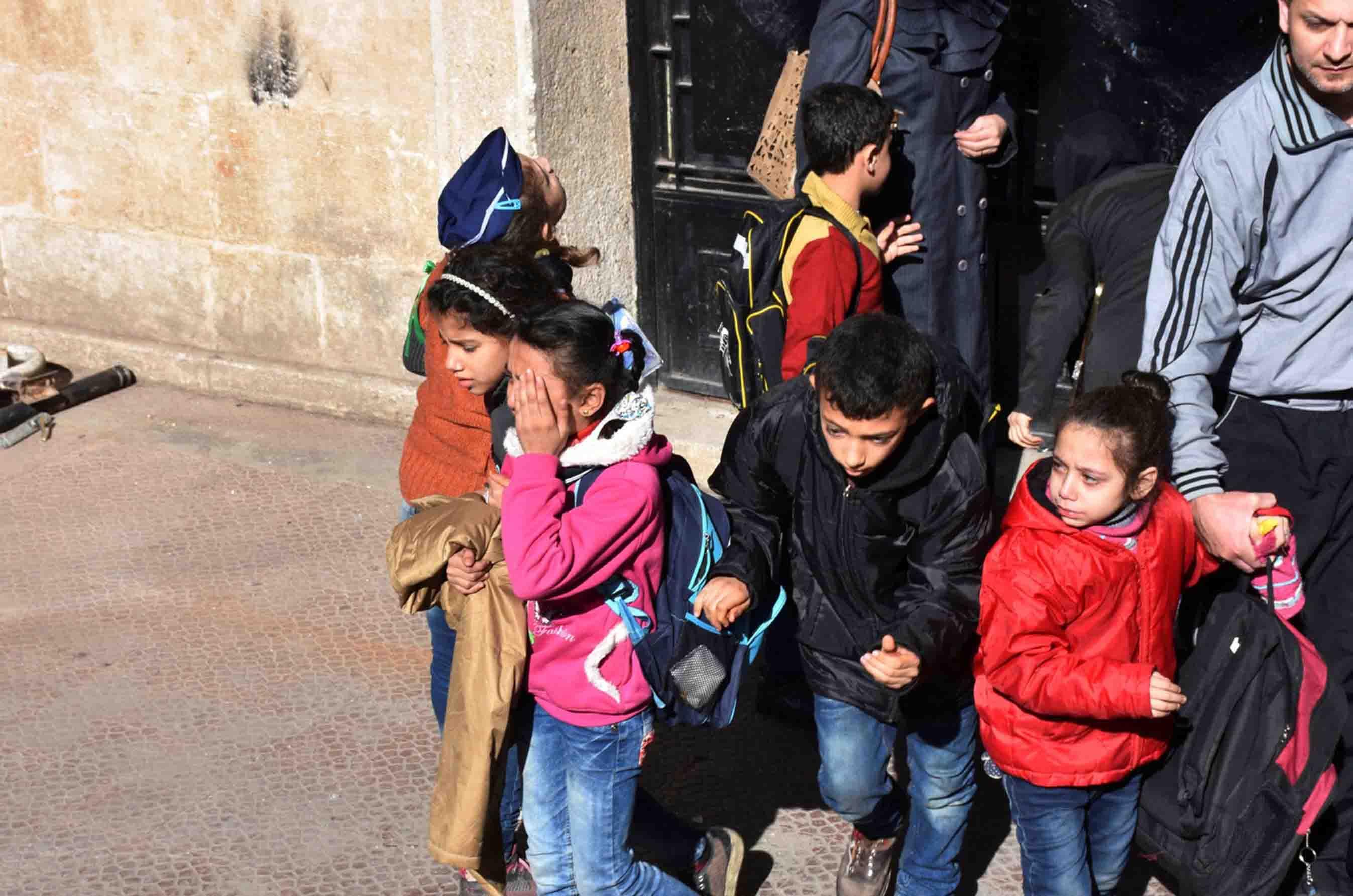 Entre las víctimas se encuentran once niños debido al impacto en una escuela en el oeste de la ciudad de Siria